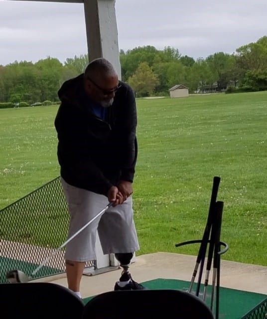 jose morales golfing with his prosthetic leg